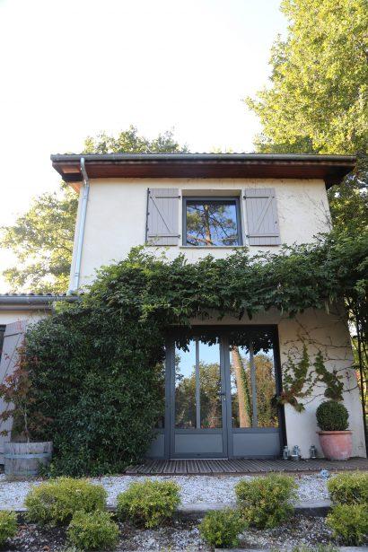 Lassime-Extension-en-ossature-bois-dune-maison-photo-n°12-façade-baie-@a_traits-architecture-1.jpg