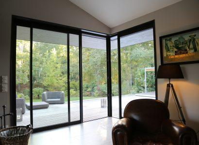Lassime-Extension-en-ossature-bois-dune-maison-photo-n°15-baie-salon-@a_traits-architecture-1.jpg